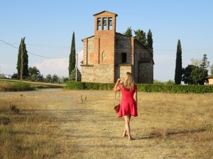 girl-walking-to-old-church-in-Tuscany